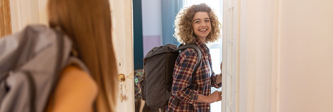 jeune femme ouvre une porte