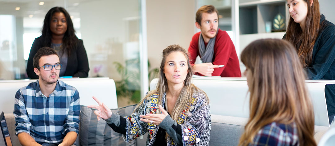 femme anime groupe de travail